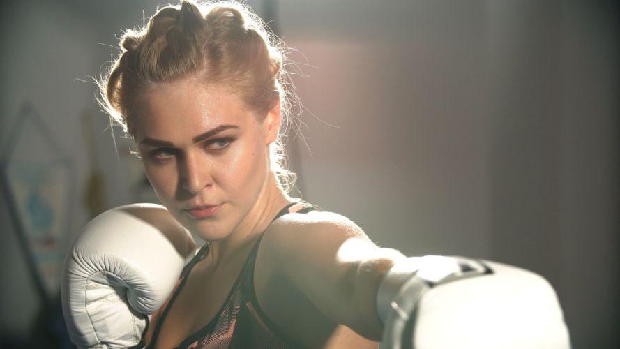 Kampfkunst-fuer-Frauen-im-Kung-Fu-Klub-trainieren-Geschichte-lernen